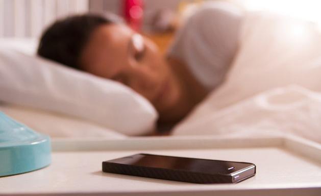 tránh xa điện thoại để ngủ ngon hơn